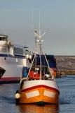 Bateau de pêche dans le début de la matinée de port de Weymouth Image stock