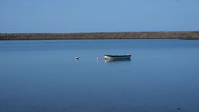 Bateau de pêche dans le lac de sel dans le sao Jorge, Açores photo libre de droits