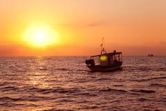 Bateau de pêche dans le lever de soleil à la mer Méditerranée Photo stock