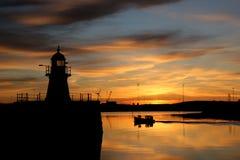 Bateau de pêche dans le lever de soleil Photographie stock libre de droits