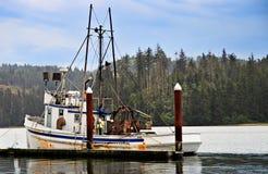 Bateau de pêche dans le port Photographie stock libre de droits