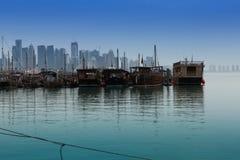Bateau de pêche dans le port de Doha Images stock