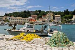 Bateau de pêche dans le port de Kassiopi, Corfou Image stock