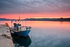 Bateau de pêche dans Nafplio, Grèce Images stock