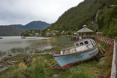 Bateau de pêche dans Tortel, Patagonia, Chili image stock