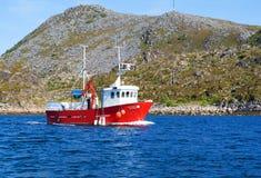 Bateau de pêche dans un fjord de la Norvège nordique Photos stock