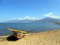 Bateau de pêche dans un plaz Photos libres de droits