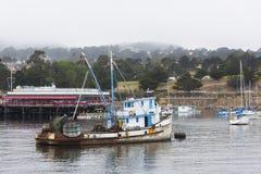 Bateau de pêche dans une baie brumeuse de Monterey Photo libre de droits