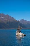 Bateau de pêche dans Valdez Photographie stock libre de droits