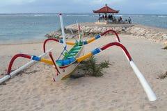 Bateau de pêche de Balinese sur la plage de Sanur, Bali photos libres de droits