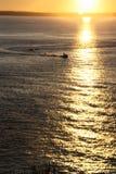 Bateau de pêche de coucher du soleil Photographie stock