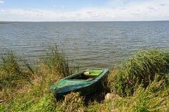 Bateau de pêche de Duralumin sur le lac Photo libre de droits
