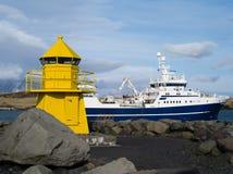 Bateau de pêche de port de Seltjarnarnes de phare Islande Photo libre de droits
