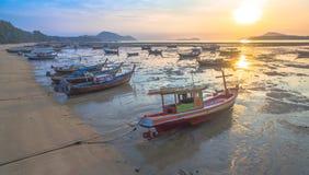 Bateau de pêche de vue aérienne dans le lever de soleil Photos libres de droits