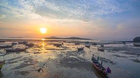 Bateau de pêche de vue aérienne dans le lever de soleil Photo stock