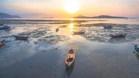 Bateau de pêche de vue aérienne dans le lever de soleil Photos stock
