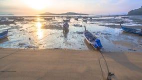 Bateau de pêche de vue aérienne dans le lever de soleil Photographie stock libre de droits