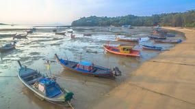 Bateau de pêche de vue aérienne dans le lever de soleil Images libres de droits