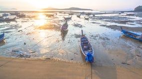Bateau de pêche de vue aérienne dans le lever de soleil Photographie stock
