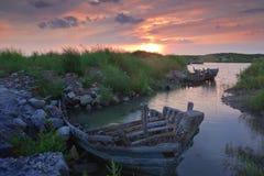 Bateau de pêche en bois abandonné par rivage Image libre de droits