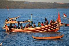 Bateau de pêche en bois au port en plage de Jimbaran, Bali image stock