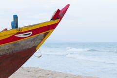 Bateau de pêche en bois coloré à la mer de Chinois de sout Photo stock