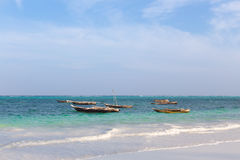 Bateau de pêche en bois dans le ressac d'océan Photo libre de droits