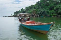 bateau de pêche en bois dans les eaux bleues et vertes du Cambodge photo libre de droits