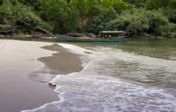 bateau de pêche en bois dans les eaux bleues et vertes du Cambodge image stock