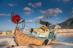 Bateau de pêche en bois hors de mer dans la lumière d'après-midi dans le harb de Pomos Image libre de droits