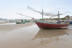 Bateau de pêche en bois sur la plage de marée basse Images libres de droits