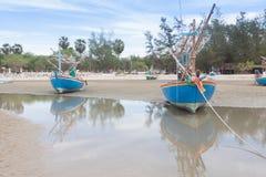 Bateau de pêche en bois sur la plage de marée basse Images stock