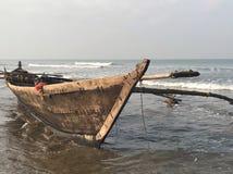 Bateau de pêche en bois sur le bord de la mer photographie stock libre de droits