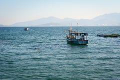 Bateau de pêche en bois sur le lac bleu dans Phu Yen Photographie stock libre de droits