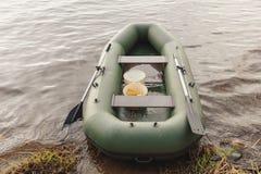 Bateau de pêche en caoutchouc sur le rivage images stock
