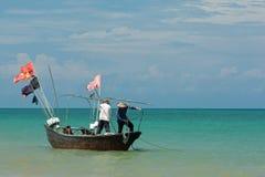 Bateau de pêche en mer Images libres de droits