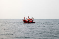 Bateau de pêche en mer Photographie stock