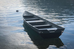Bateau de pêche en mer Photo stock