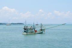 Bateau de pêche en mer photographie stock libre de droits