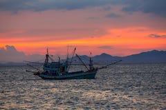 Bateau de pêche en mer Photos stock