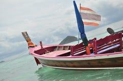 Bateau de pêche en mer calme bleue Images stock