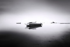 Bateau de pêche en mer de brouillard Image stock
