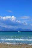 Bateau de pêche en mer ionienne en Grèce Photographie stock libre de droits