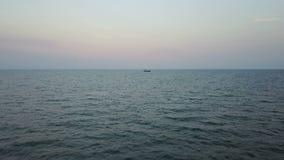 Bateau de pêche en mer Levé aérien banque de vidéos