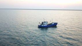 Bateau de pêche en mer Levé aérien clips vidéos