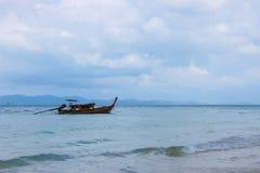 Bateau de pêche en mer ouverte contre le contexte des montagnes Images stock