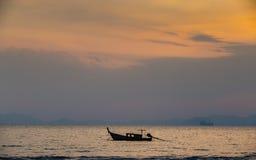 Bateau de pêche en mer sur le fond de coucher du soleil Photos libres de droits