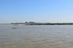 Bateau de pêche en rivière d'Irawadi, Myanmar Photographie stock libre de droits
