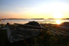 Bateau de pêche et pêche des enjeux Photo stock