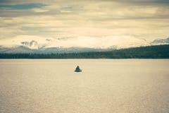 Bateau de pêche et paysage scandinave Photographie stock libre de droits